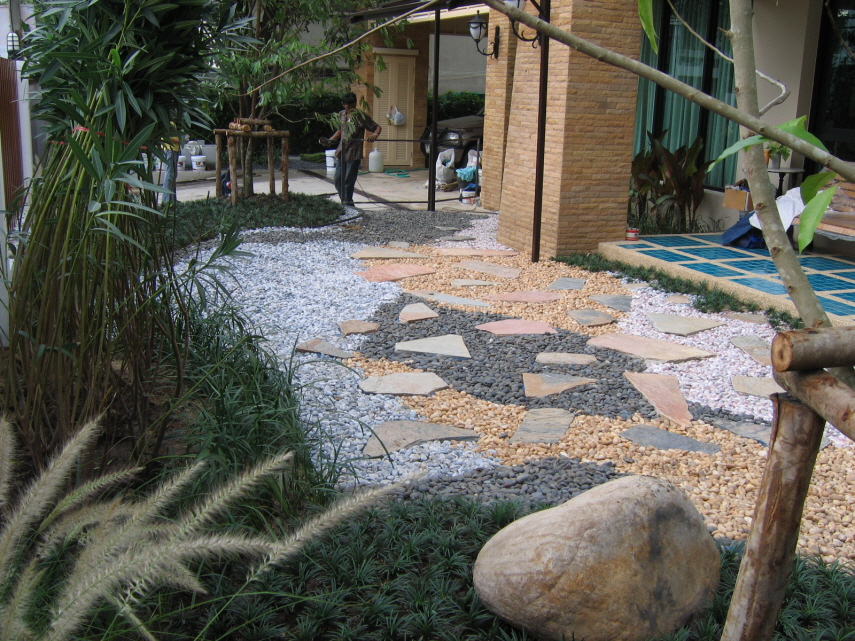 รับจัดสวนโดยการปลูกหญ้า และตกแต่งจัดสวนด้วยหิน
